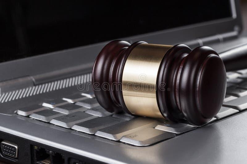 Martelo do juiz no conceito do computador foto de stock