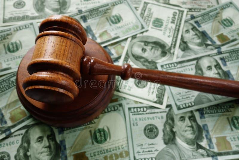 Martelo do juiz no dinheiro fotografia de stock