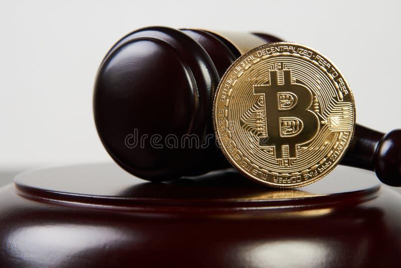 Martelo do leilão e cryptocurrency do bitcoin fotografia de stock