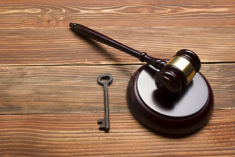Martelo do leiloeiro dos juizes, chave retro da porta na tabela de madeira Conceito para a experimentação, falência, imposto, hip fotografia de stock