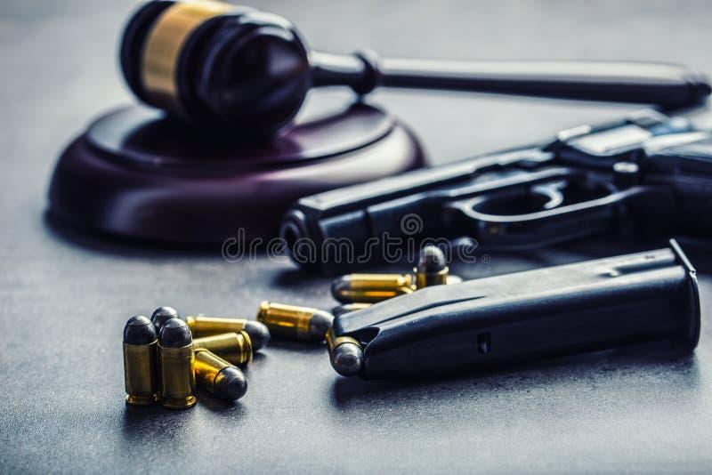 Martelo do martelo do juiz Justiça e arma Justiça e a magistratura no uso ilegal de armas Julgamento no assassinato fotos de stock