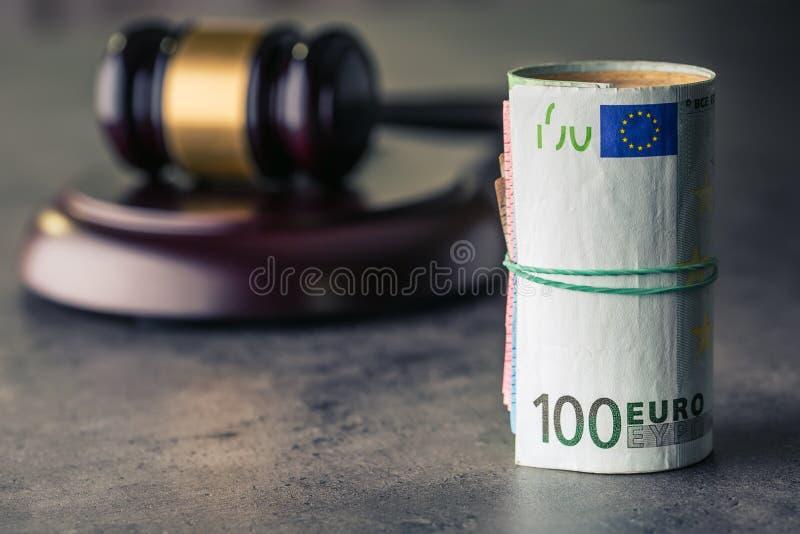 Martelo do martelo do juiz Justiça e euro- dinheiro Euro- moeda Martelo da corte e cédulas roladas do Euro fotos de stock