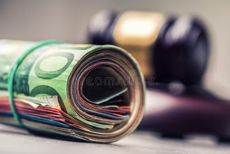 Martelo do martelo do juiz Justiça e euro- dinheiro Euro- moeda Martelo da corte e cédulas roladas do Euro imagens de stock