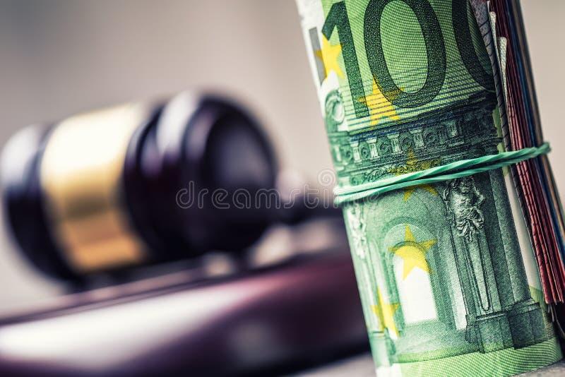 Martelo do martelo do juiz Justiça e euro- dinheiro Euro- moeda Martelo da corte e cédulas roladas do Euro fotografia de stock royalty free