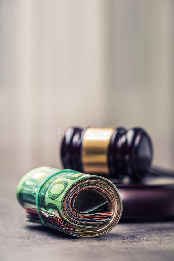 Martelo do martelo do juiz Justiça e euro- dinheiro Euro- moeda Martelo da corte e cédulas roladas do Euro imagens de stock royalty free