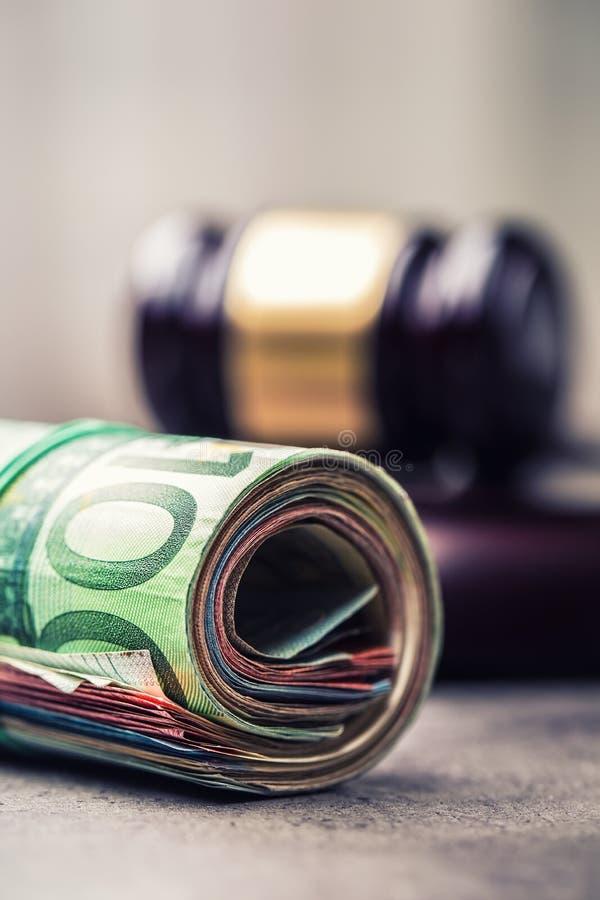 Martelo do martelo do juiz Justiça e euro- dinheiro Euro- moeda Martelo da corte e cédulas roladas do Euro fotografia de stock