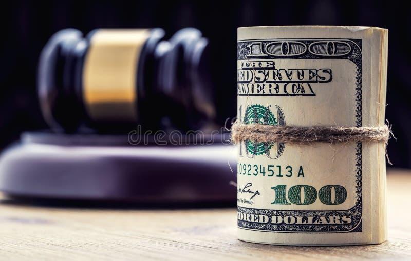 Martelo do martelo do ` s do juiz Cédulas dos dólares de justiça e bandeira dos EUA no fundo Martelo da corte e cédulas roladas foto de stock
