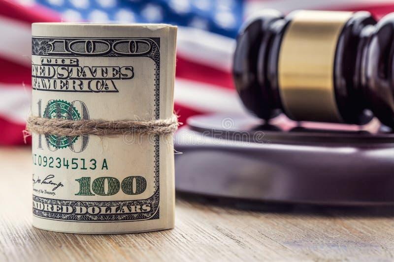 Martelo do martelo do ` s do juiz Cédulas dos dólares de justiça e bandeira dos EUA no fundo Martelo da corte e cédulas roladas imagem de stock royalty free