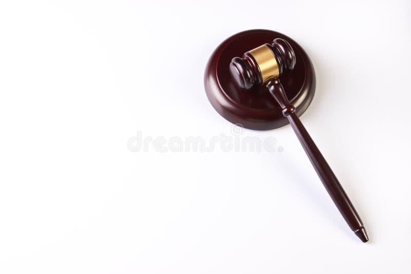 Martelo do ` s do juiz sobre o fundo branco fotografia de stock royalty free