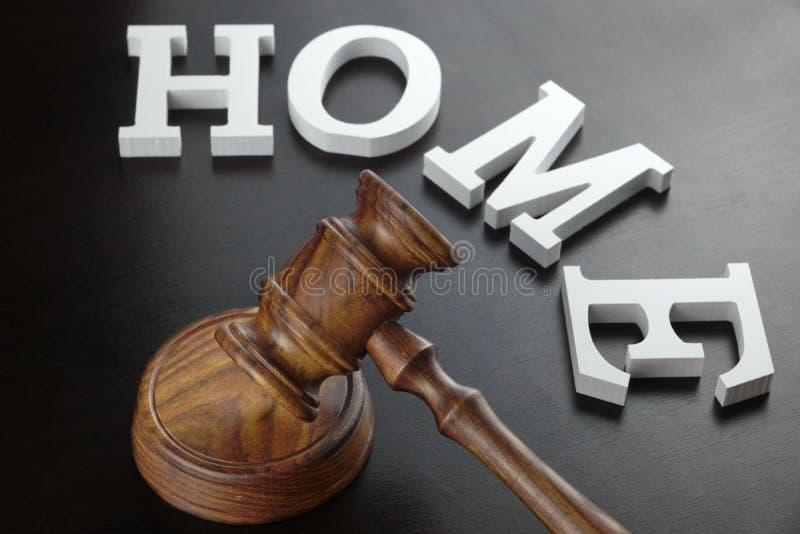 Martelo dos juizes e casa branca do sinal no fundo de madeira preto foto de stock royalty free