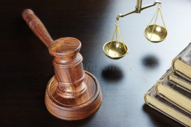 Martelo dos juizes, livro velho, escala de justiça On Black Table fotografia de stock