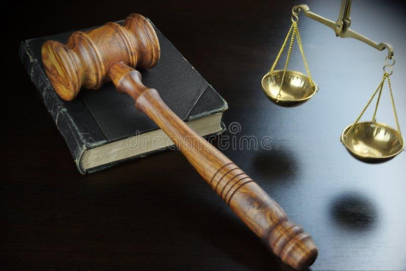 Martelo dos juizes, livro velho, escala de justiça On Black Table imagens de stock royalty free