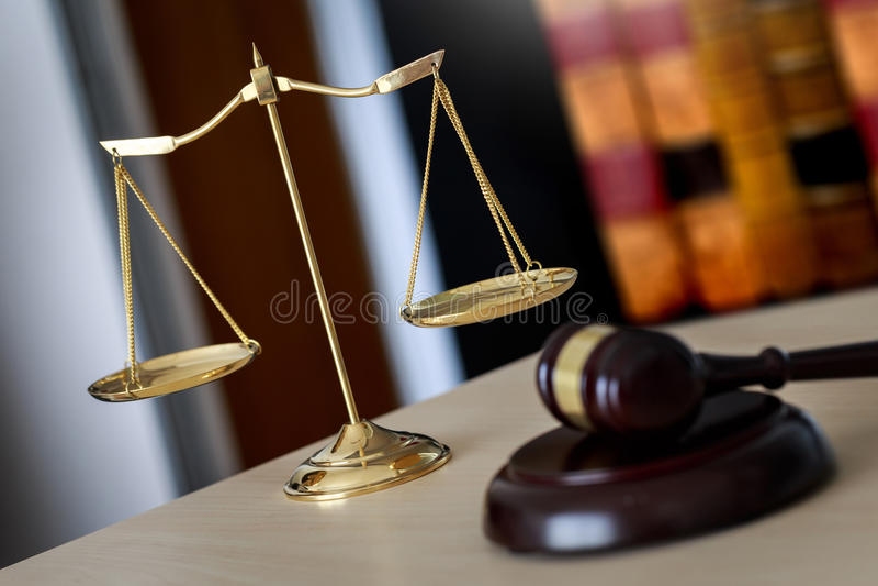 Martelo e escalas legais do martelo do juiz de justiça e da lei que trabalham sobre fotografia de stock