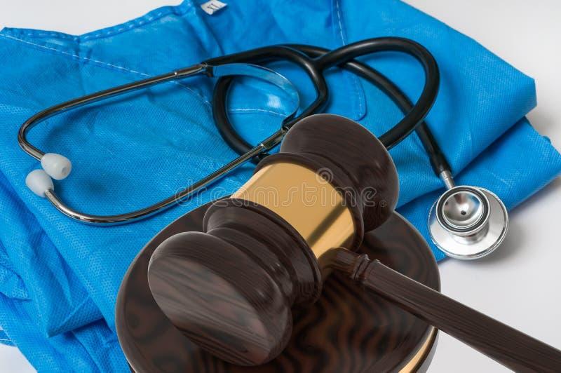 Martelo e estetoscópio - conceito médico da lei foto de stock royalty free