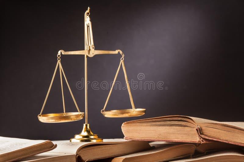 Martelo e livros de madeira imagens de stock royalty free