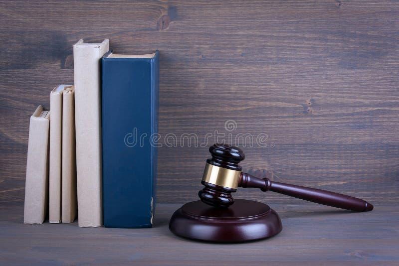 Martelo e livros de madeira no fundo Conceito da lei e da justiça imagem de stock
