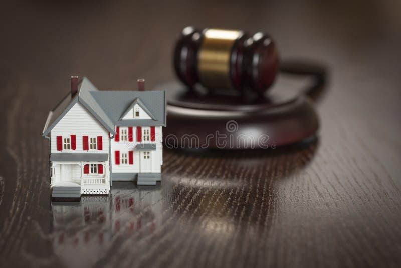 Martelo e modelo pequeno House na tabela fotografia de stock