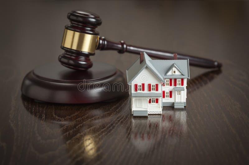 Martelo e modelo pequeno House na tabela imagens de stock