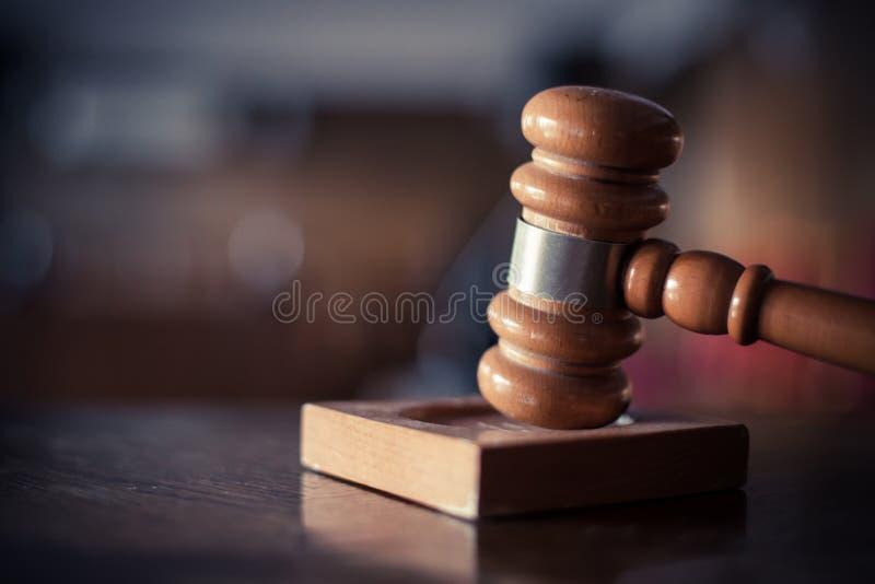 Martelo em uma sala do tribunal imagens de stock