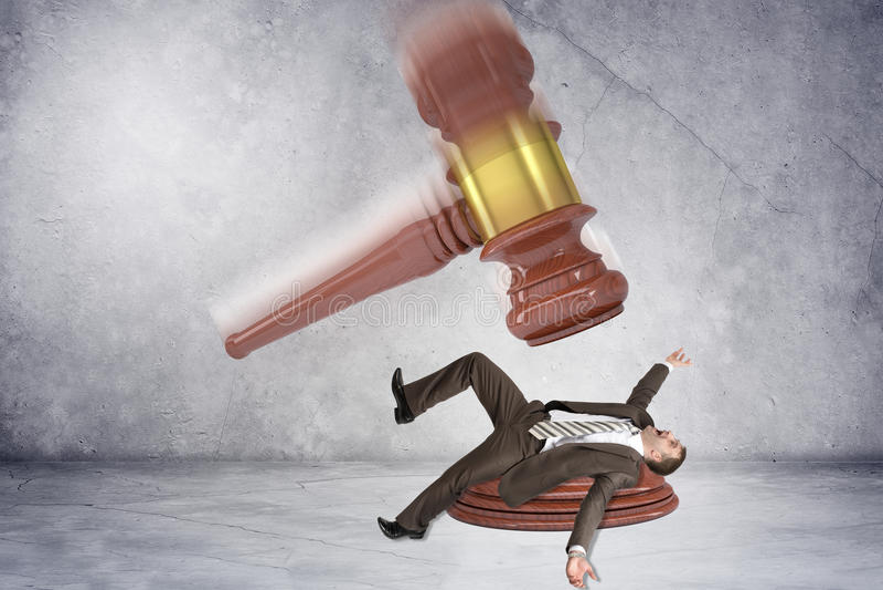 Martelo inscrito que bate o homem de negócios imagens de stock