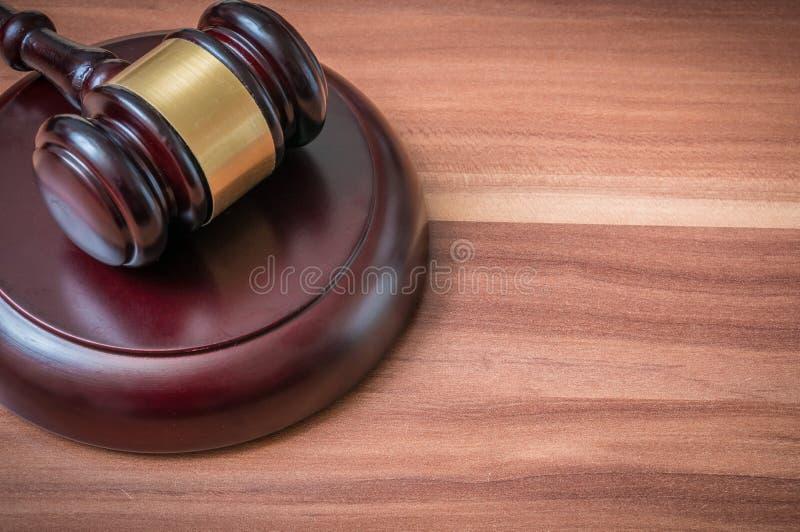 Martelo no fundo de madeira Justiça e conceito da lei fotografia de stock royalty free