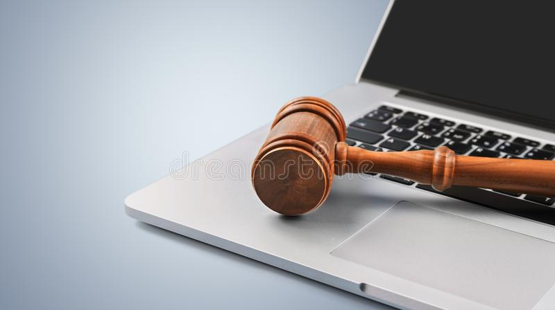 Martelo no teclado do portátil, opinião do close-up fotografia de stock