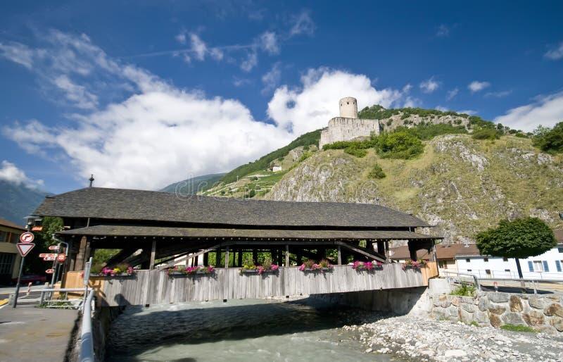 Martigny桥梁和城堡 免版税库存照片