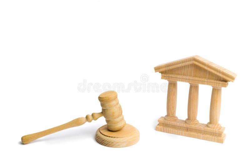 Martillo del juez y edificio de madera del gobierno en un fondo blanco corte Concepto del sistema judicial del estado Leyes y el  fotos de archivo