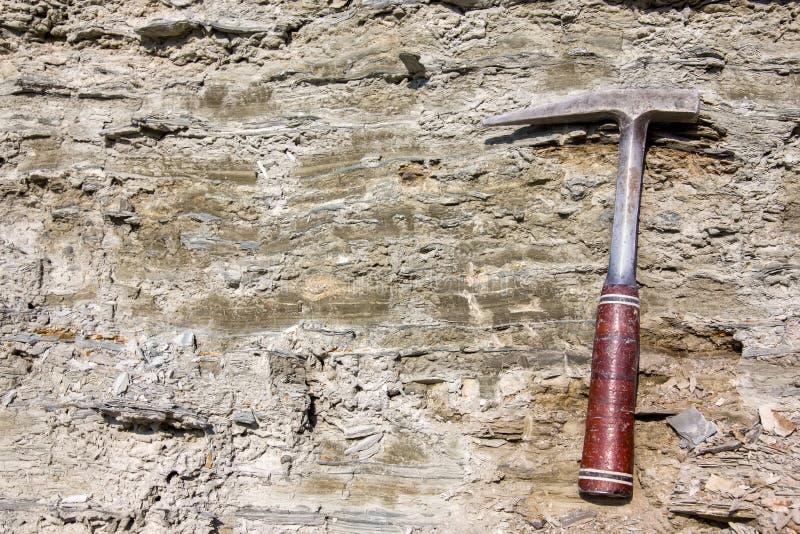 Martillo geológico en las rocas foto de archivo libre de regalías