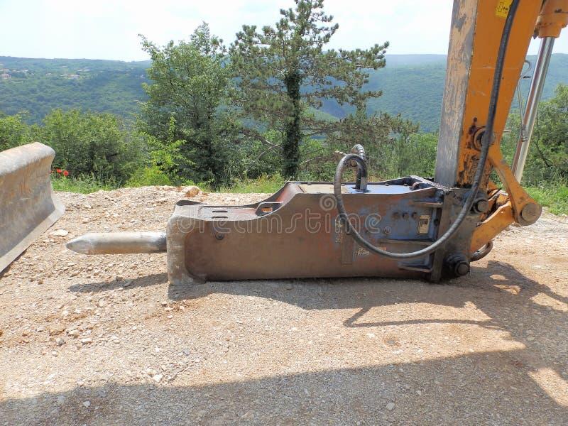 Martillo hidráulico en el camino fotografía de archivo