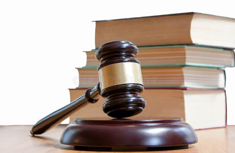 Martillo judicial y códigos de leyes fotografía de archivo libre de regalías