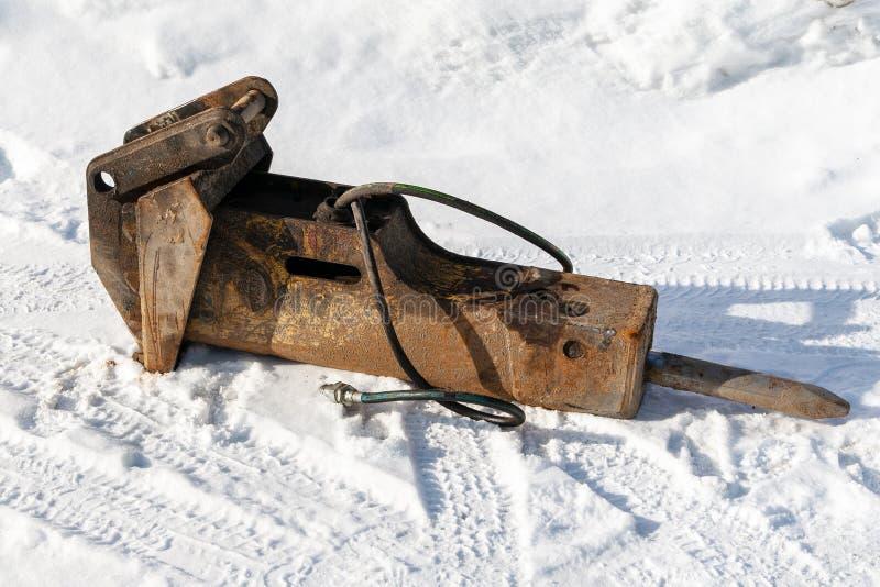 Martillo machacante hidráulico en la nieve imagen de archivo libre de regalías