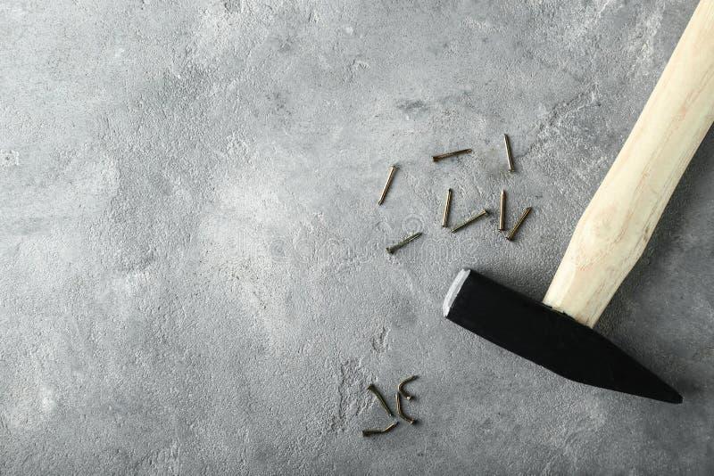 Martillo y clavos dañados en fondo gris Concepto del error imágenes de archivo libres de regalías