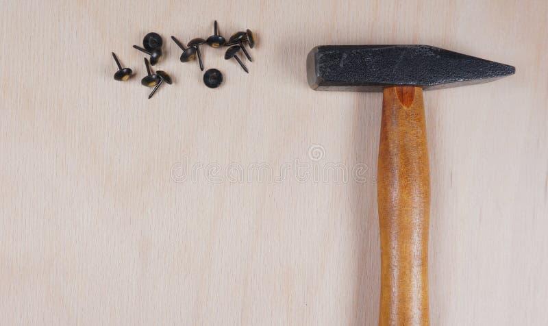 Martillo y clavos en el fondo de madera con el espacio para su propio texto para una invitaci?n para un taller, fathersday, el et imagen de archivo libre de regalías