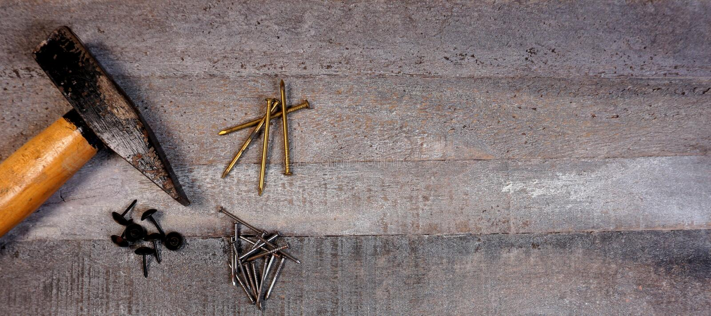 Martillo y clavos en fondo de madera natural con el espacio de la copia para su propio texto fotos de archivo
