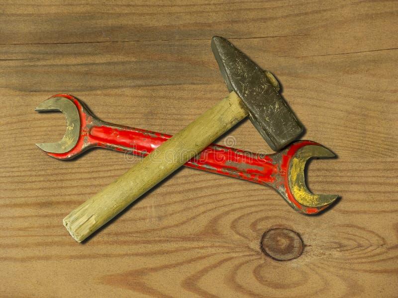 Martillo y llave oxidados viejos fotos de archivo libres de regalías