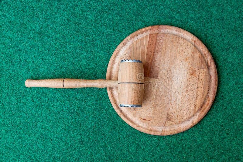 Martillo y tabla de cortar de madera de la cocina imagen de archivo