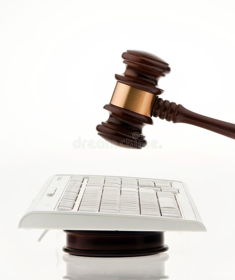 Martillo y teclado del juez. imagen de archivo