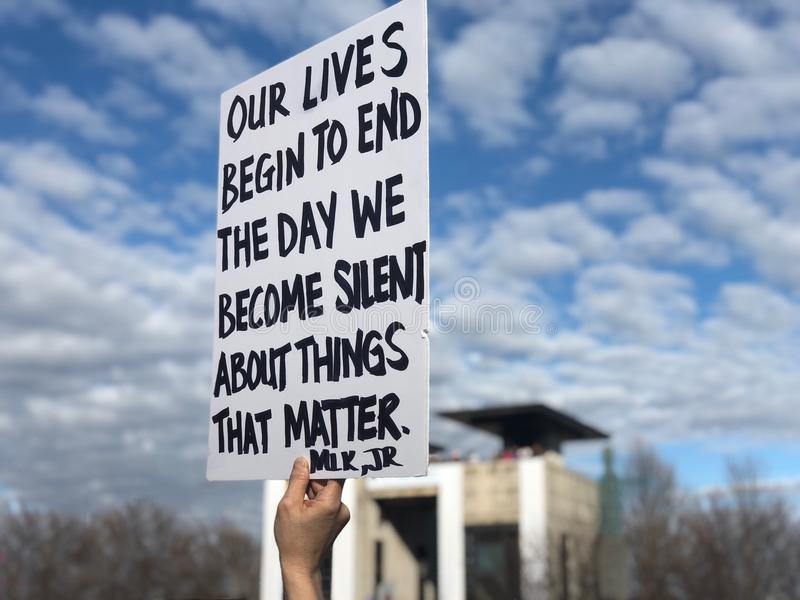 Martin Luther King Jr-citaat op het teken van Women's Maart stock foto