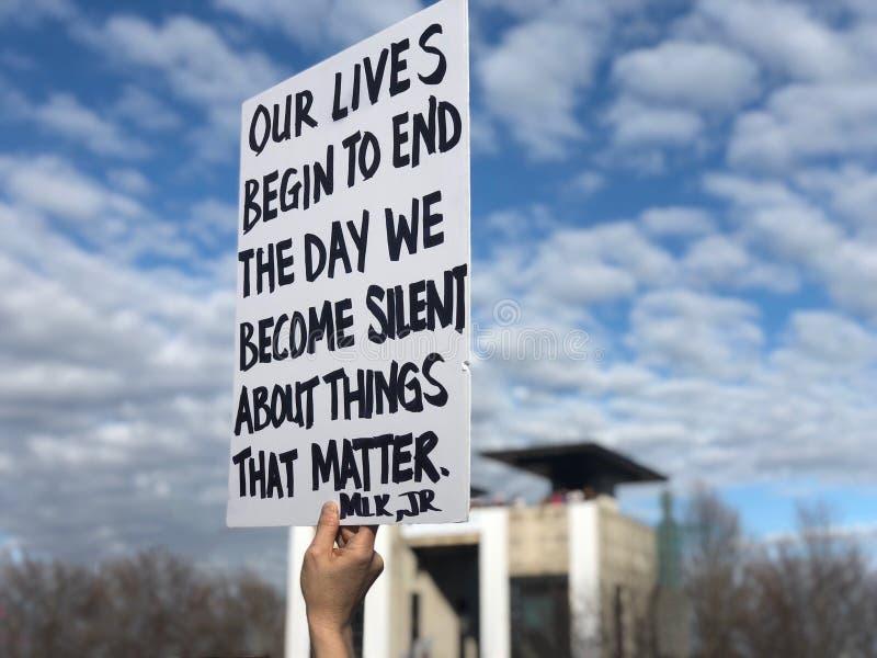 Martin Luther King Jr-Zitat auf Zeichen Women's März stockfoto