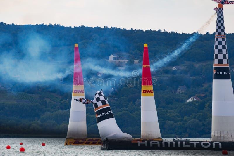 Martin Sonka z N806PB Zivko krawędzi 540 pilonu uderzeniem i latanie nad Jeziornym Balaton przy Zamardi miastem dla Red Bull powi obrazy royalty free