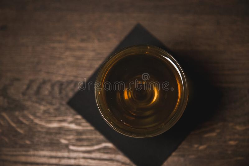 Martinez-cockatil auf der dunklen Serviette und dem Holz, Draufsicht stockfoto