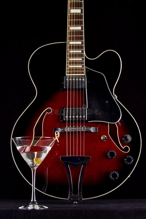 Martini και κόκκινη κοίλη κιθάρα σώματος στοκ φωτογραφίες