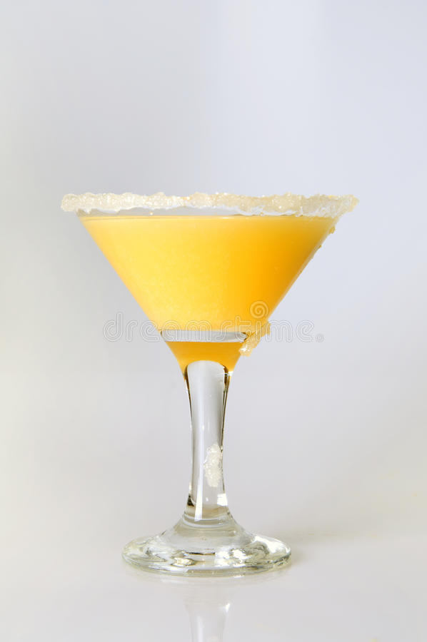 Martini κινηματογράφηση σε πρώτο πλάνο γυαλιού με το χυμό από πορτοκάλι στοκ εικόνες