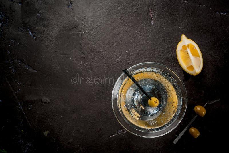 Martini με τις ελιές και ένα λεμόνι στοκ φωτογραφίες με δικαίωμα ελεύθερης χρήσης