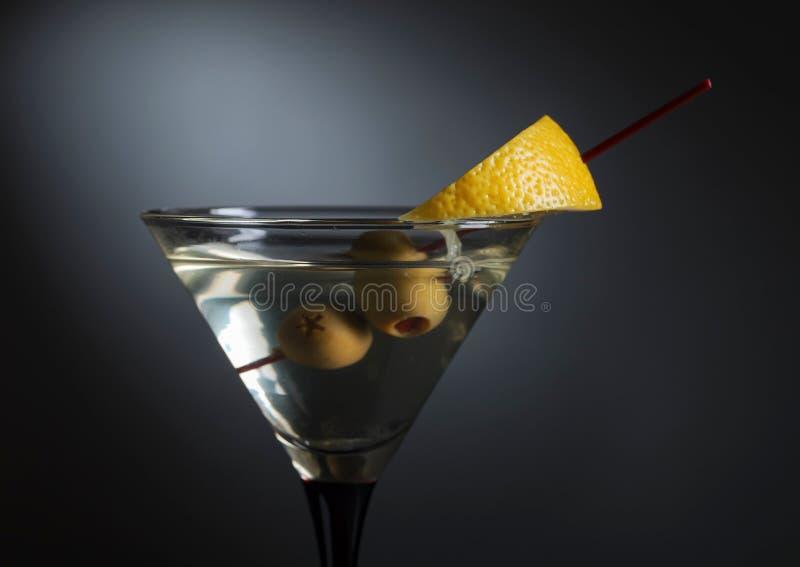 Martini με το λεμόνι και τις πράσινες ελιές στοκ εικόνες