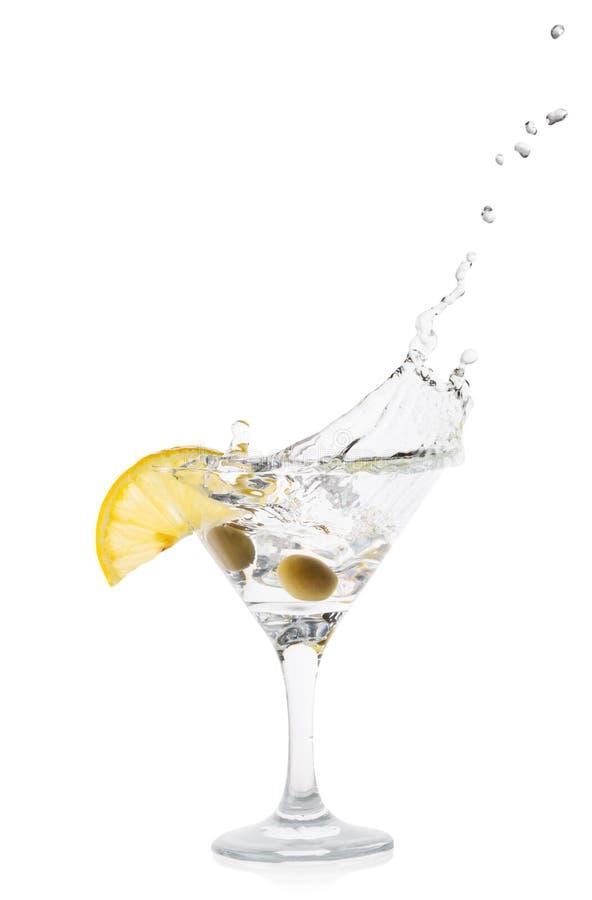Martini παφλασμός με το λεμόνι και πράσινες ελιές σε έναν διαφανή κόκκορα στοκ εικόνα με δικαίωμα ελεύθερης χρήσης