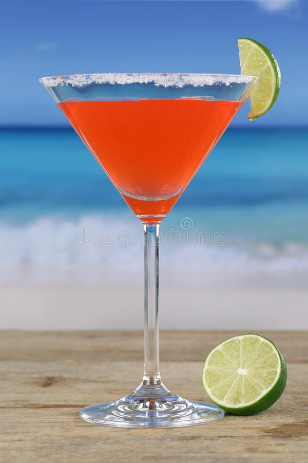 Martini-Cocktail auf dem Strand stockfoto