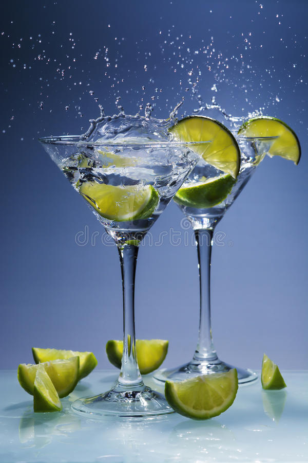 Martini-cocktail met kalk en plons stock fotografie