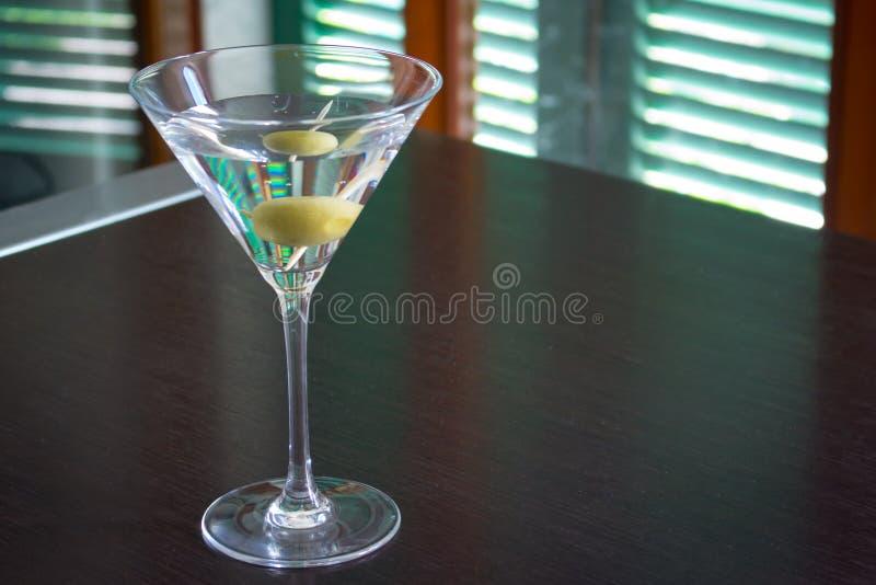 Martini-Cocktails mit Oliven lizenzfreie stockfotos